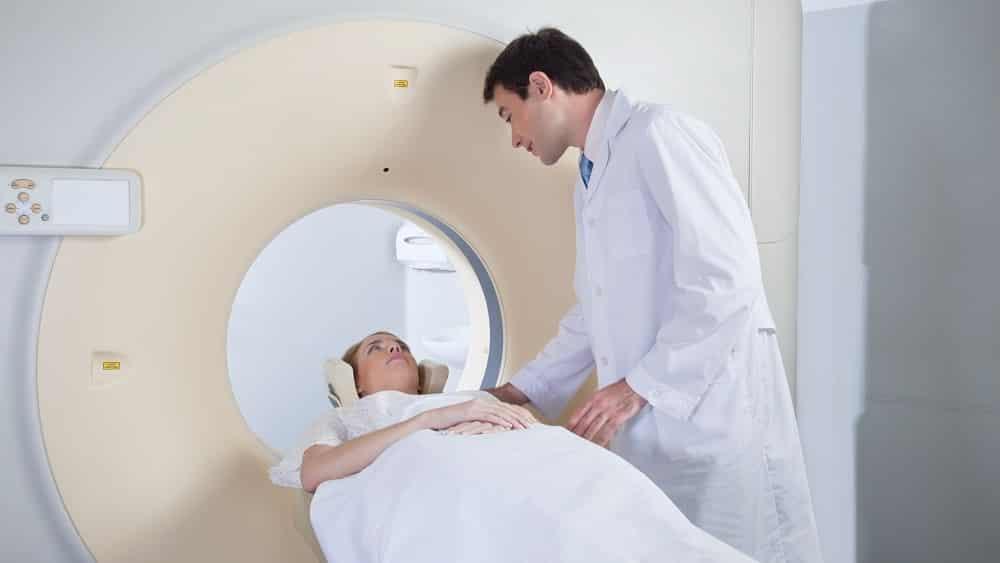 Paciente fazendo ressonância, um dos exames usados para diagnóstico da esclerose múltipla.