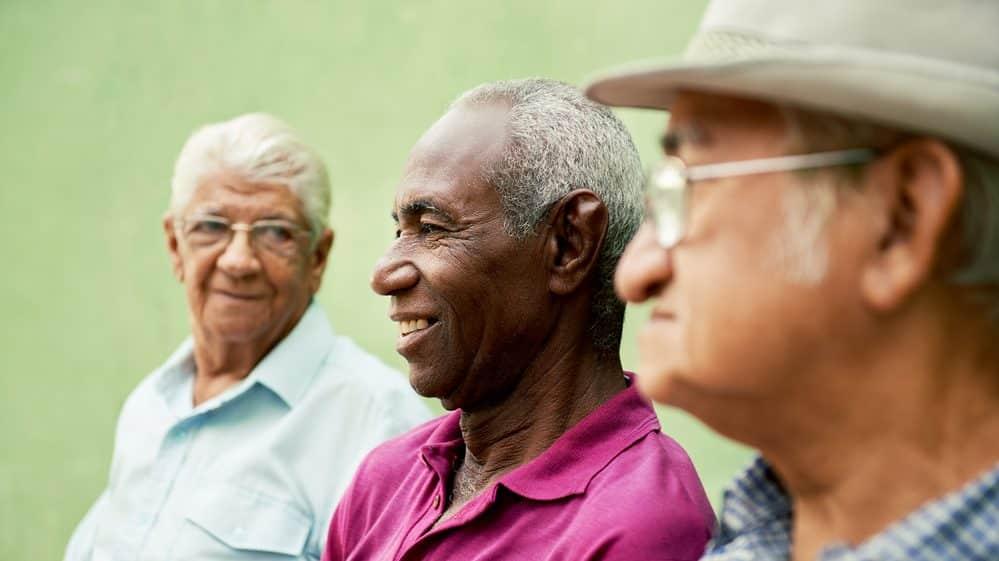 homens idosos sentados conversando e rindo. Expectativa de vida é mais alta hoje