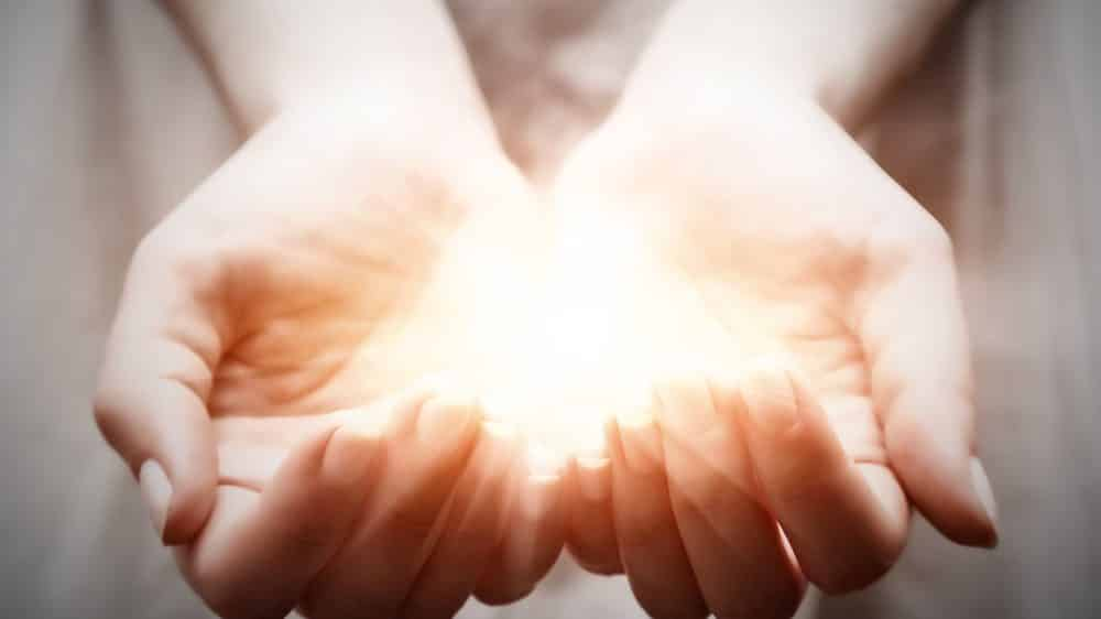 mão feminina iluminada por luz
