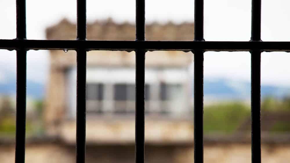 visão de muro atrás das grades. Massacre do carandiru fortaleceu o crime organizado