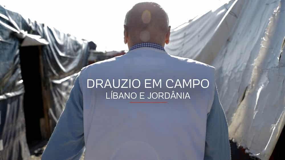 Drauzio de costas com colete de Médicos Sem Fronteiras andando em meio a tendas de refugiados no Líbano.