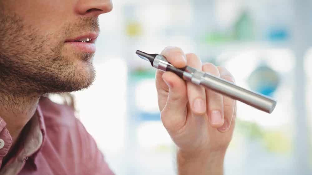Homem fumando cigarro eletrônico, vendido como pouco nocivo pela indústria do tabaco