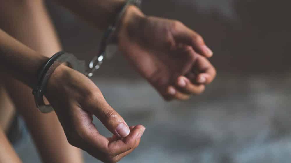 close em mãos de mulher algemadas, em penitenciária feminina