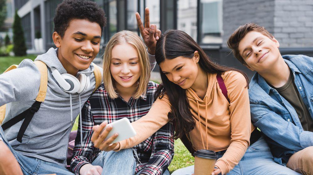 adolescentes reunidos tirando selfie. abstinência sexual não é política pública