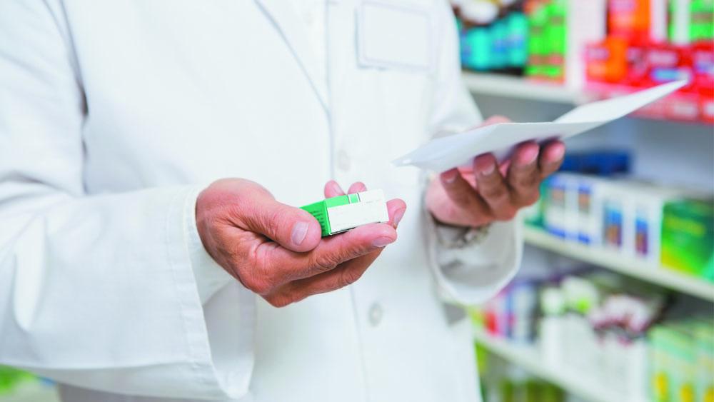 Farmacêutico segura antitérmico, um dos medicamentos que fazem parte do tratamento para controlar os sintomas do coronavírus.
