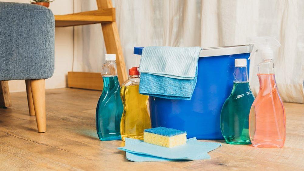 produtos de limpeza e balde com panos no chão da sala. Em tempos de coronavírus, aumentam casos de intoxicação com produtos de limpeza