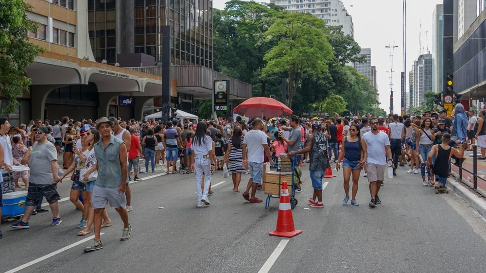 pessoas andam pela avenida Paulista. Imunidade de rebanho é arriscado