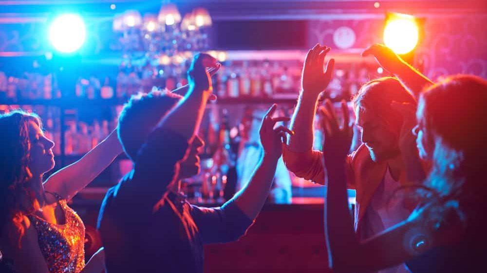 jovens em festa em bar. Aglomerações ajudam a disseminar o vírus da covid-19
