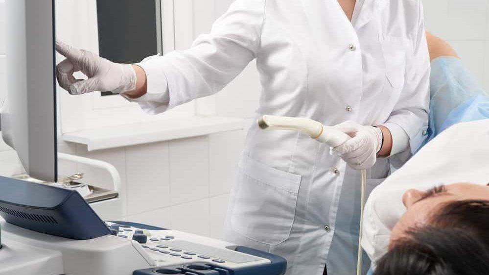 paciente realiza ultrassom transvaginal para detectar gravidez tubária