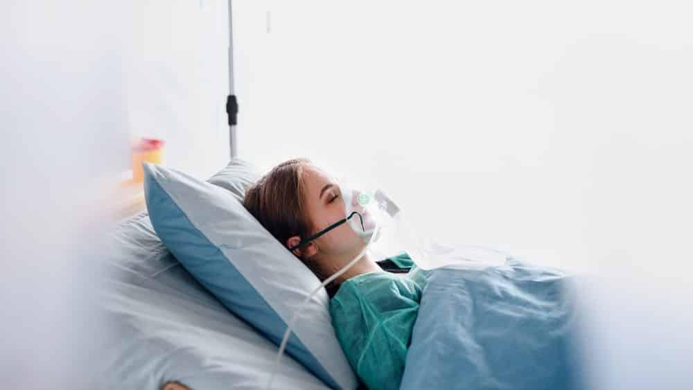 jovem infectada pelo novo coronavírus internada em hospital. Colapso dos serviços de saúde está próximo