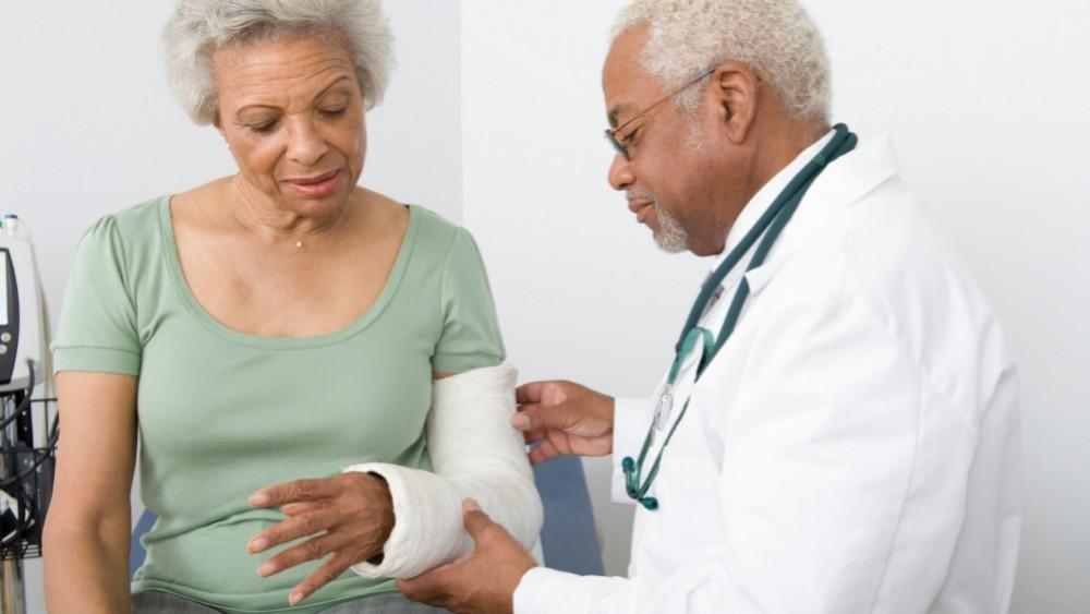 A fratura óssea sem trauma é o principal sintomas provocado pelo mieloma múltiplo.