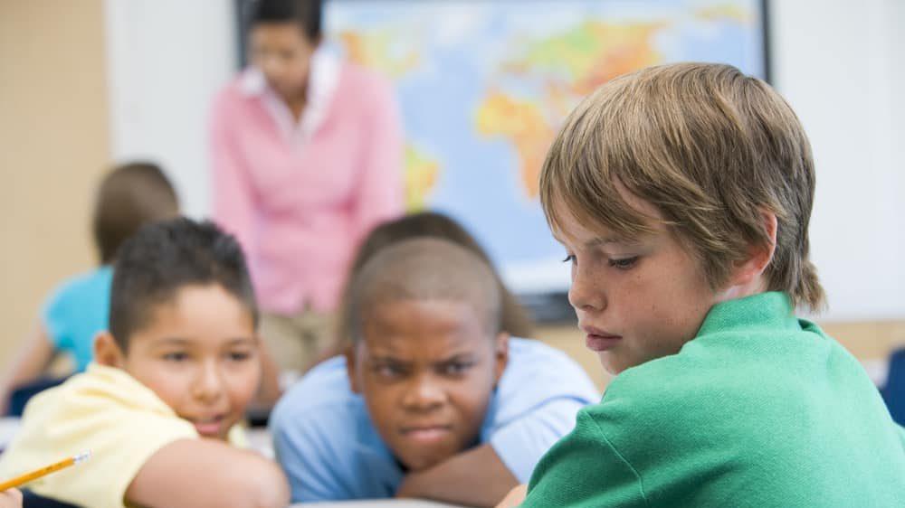 menino sofre bullying de colegas na escola. veja relação entre machismo e pandemia
