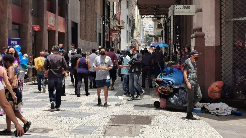 pessoas andando pelo centro de São Paulo. Epidemia segue à deriva