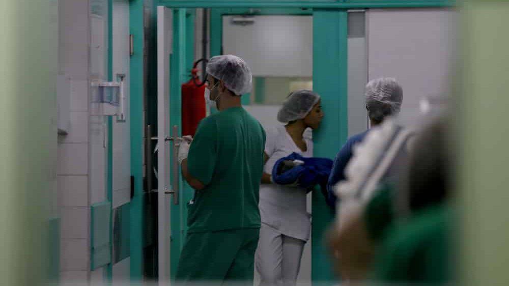 funcionários em hospital brasileiro em colapso