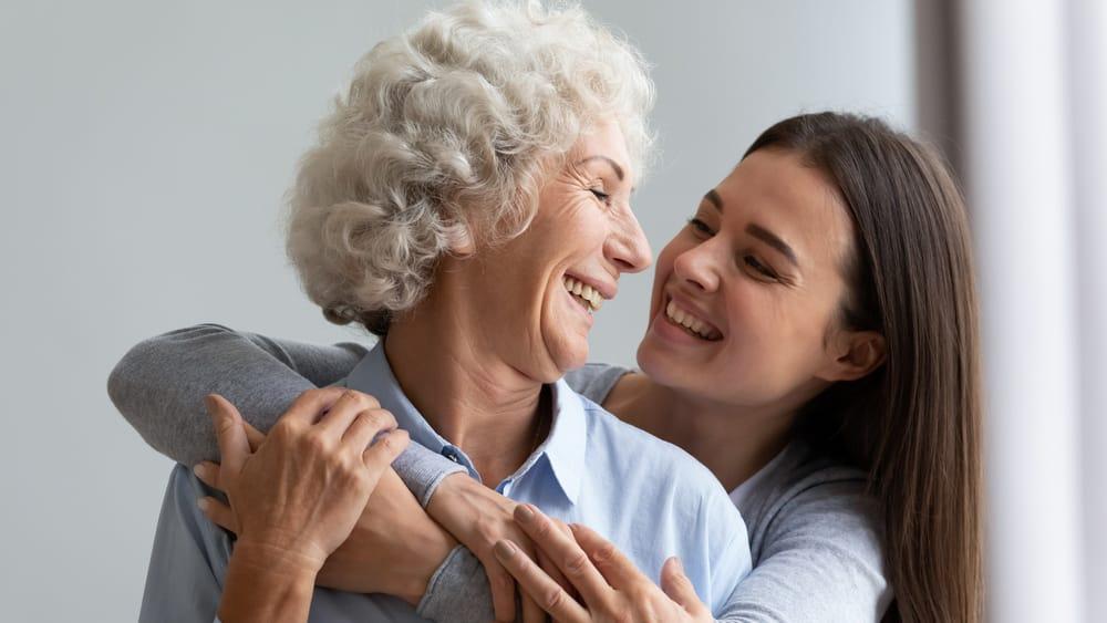 É muito comum que um familiar faça o papel de cuidador, quando necessário. Mas é muito importante cuidar sem infantilizar a pessoa.