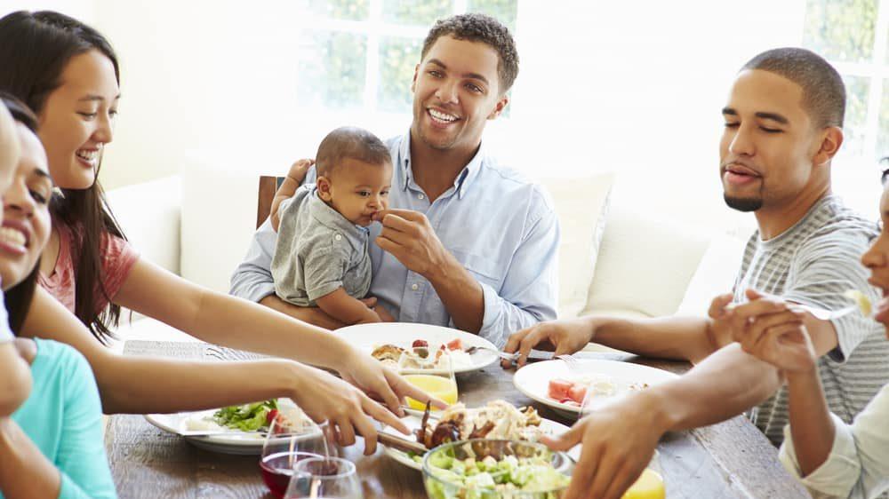 Família almoça junta. Reuniões familiares oferecem maior risco de contrair covid