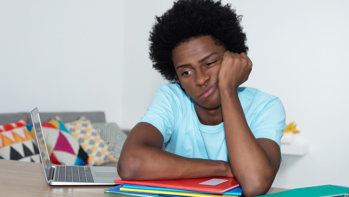 Muito tempo longe das escolas, dificuldade em criar vínculos fora do espaço virtual e prejuízos à saúde mental são algumas das razões para que parte dos jovens deixem de acreditar no próprio futuro.