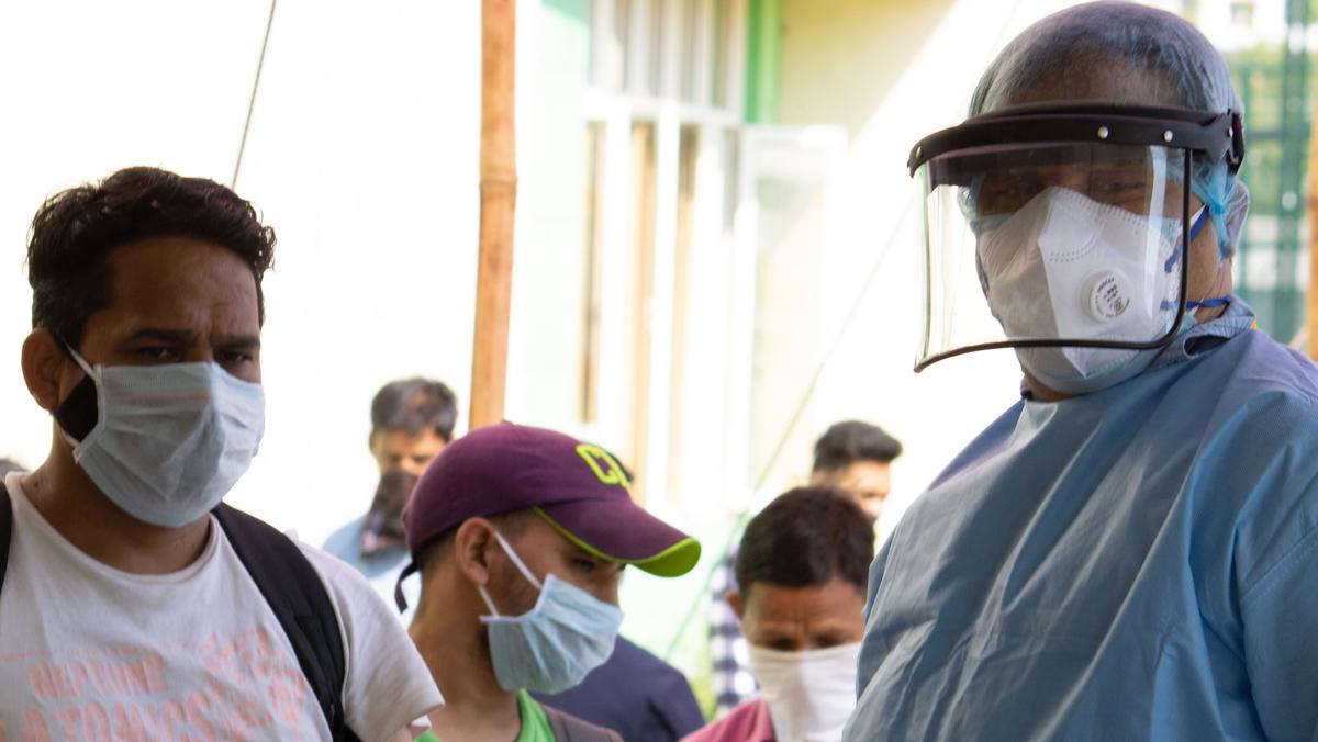 pessoas na rua usando máscaras e protetor facial para evitar a transmissão da covid